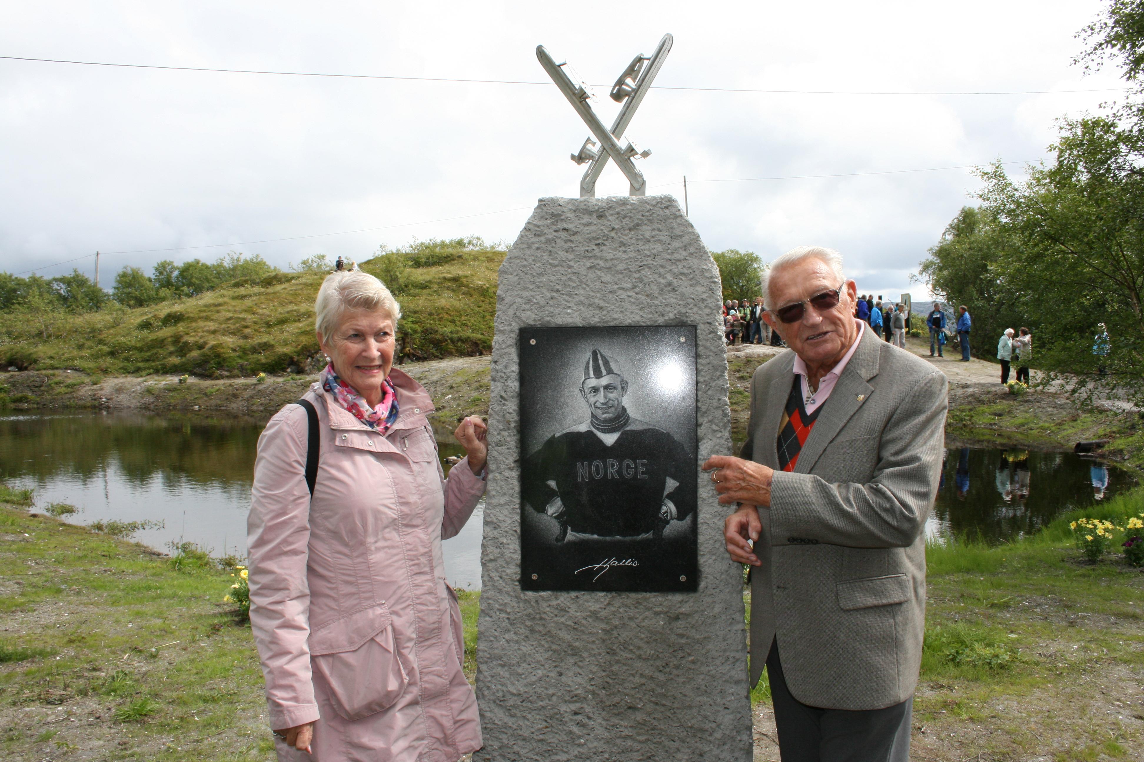 Hjallis avduket sit eget minnesmerke. Her sammen med Margrethe Hauge.